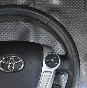 Toyota_Prius_steering_110420153