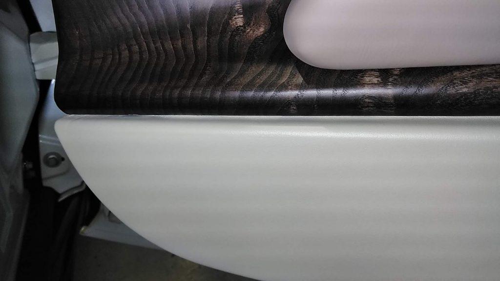 アストンマーチン DB11 ドアトリムの色シミ補修