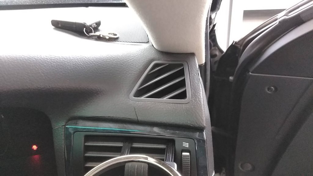 トヨタ クラウン ダッシュボードのひび割れ補修