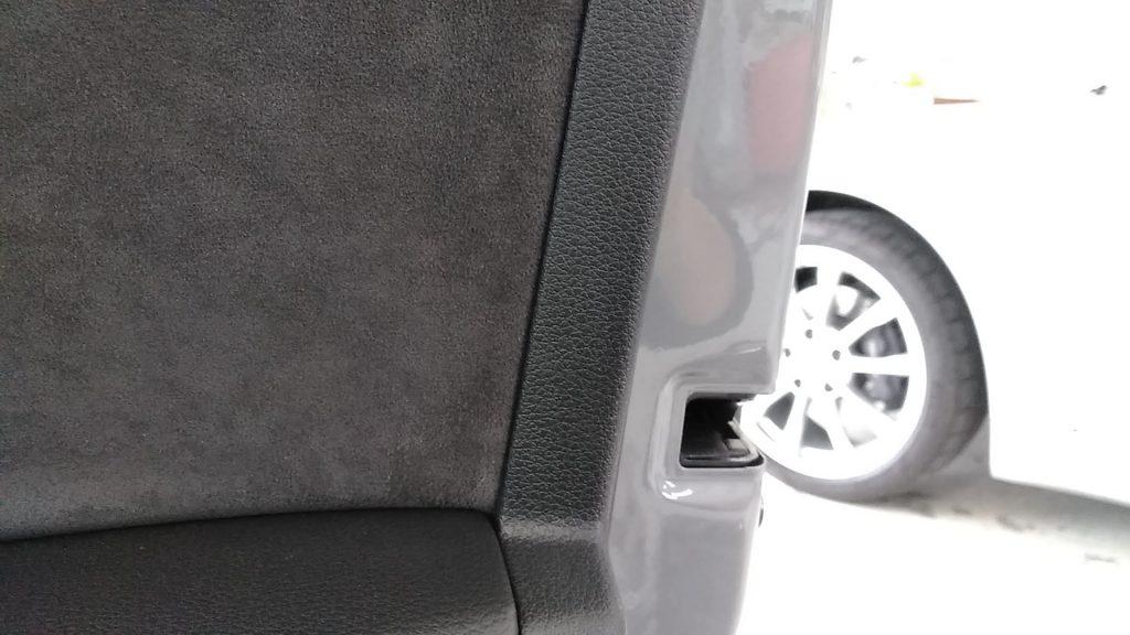 アウディ RS3 ドアトリムの擦り傷補修