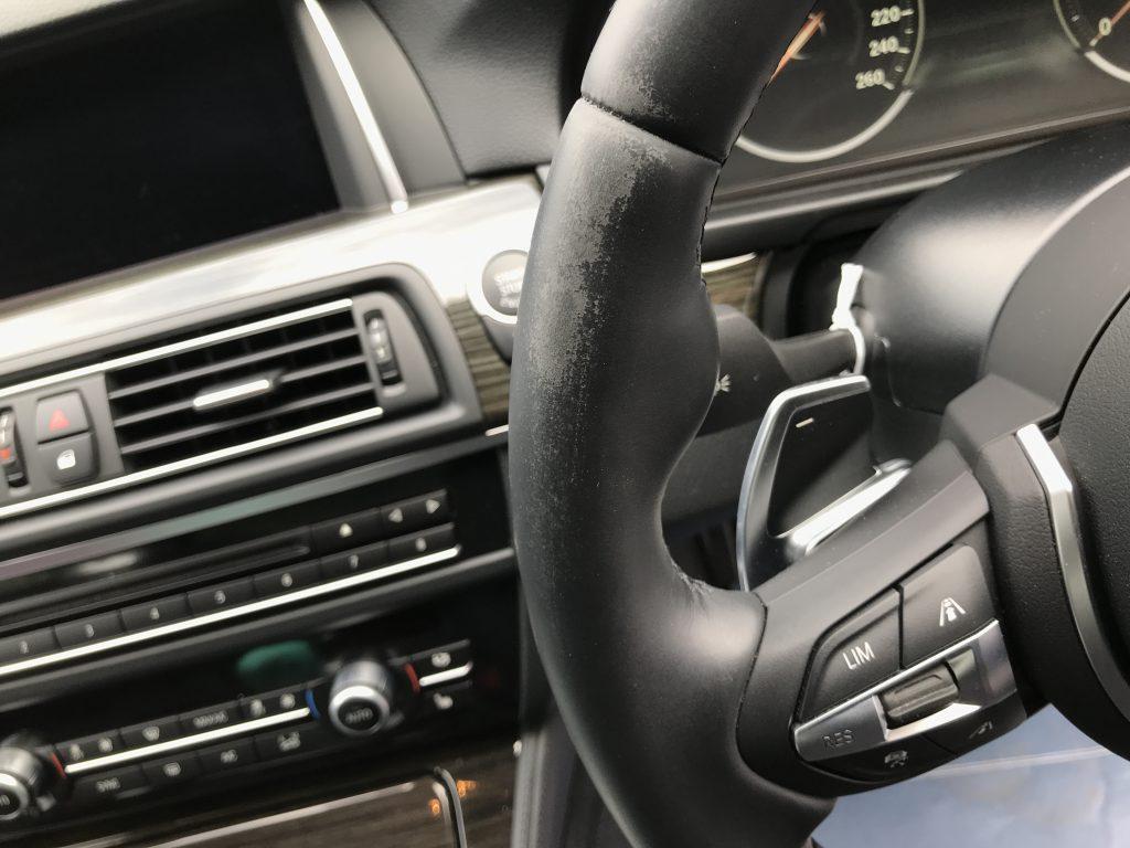 BMW 523i ステアリングの色剥がれ補修