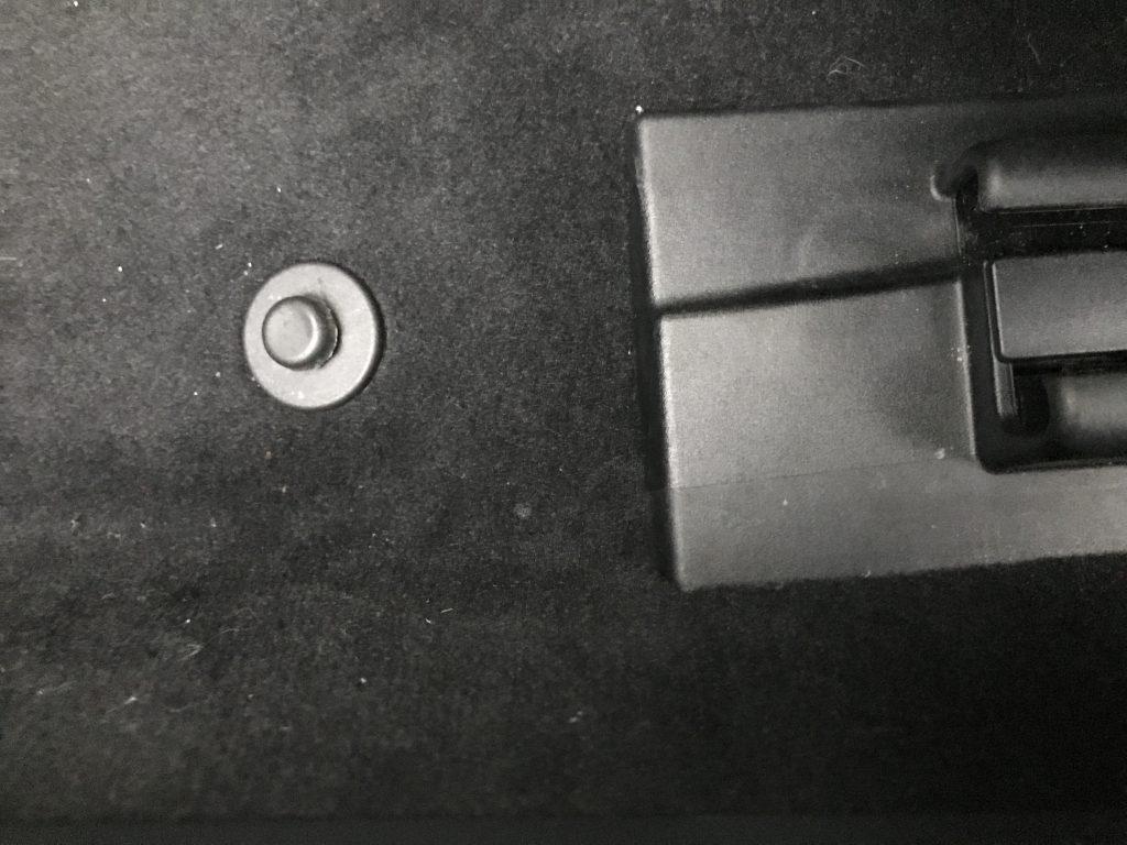 AMG S63 フロアカーペットの焦げ穴補修