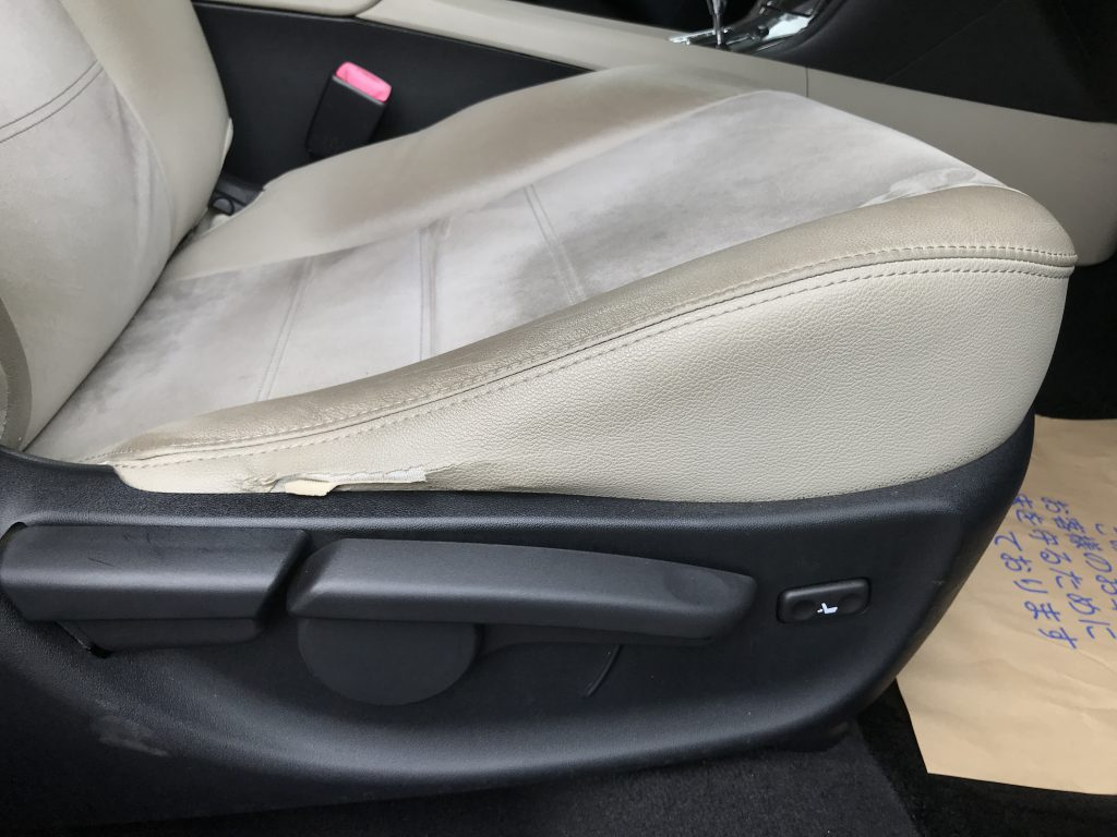 トヨタ アヴェンシス レザーシートの破れ補修