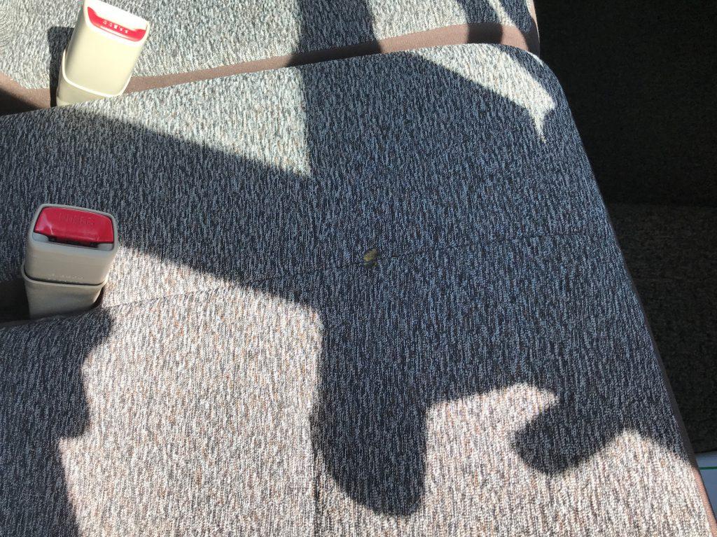トヨタ パッソ シートの焦げ穴補修