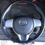 トヨタ パッソ ステアリングの生地剥がれ補修