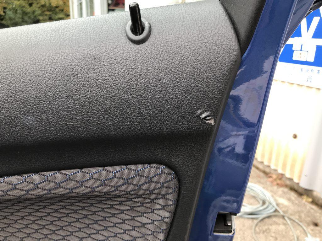 BMW 116i ドアトリムの生地破れ補修