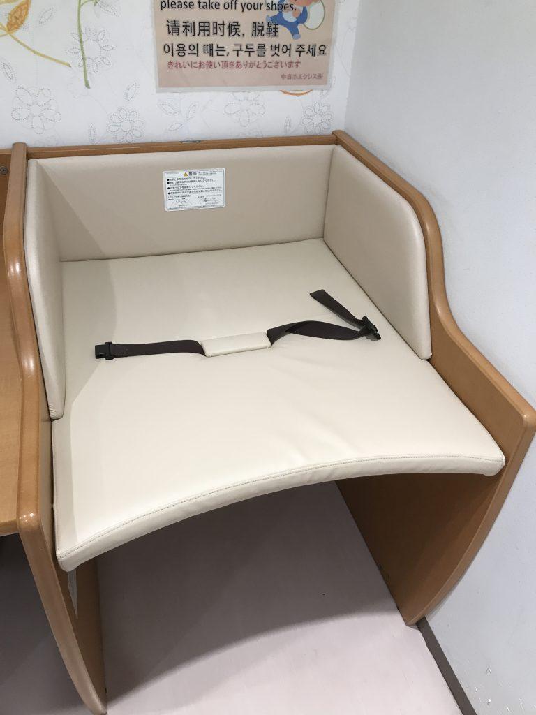 サービスエリア施設の赤ちゃん用おむつ替え台生地破れ張替