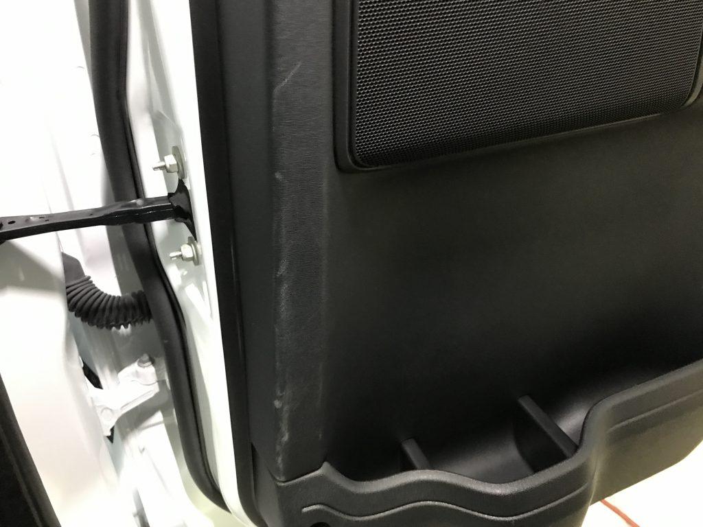 ランドローバー ディスカバリー ドアトリムの擦り傷補修