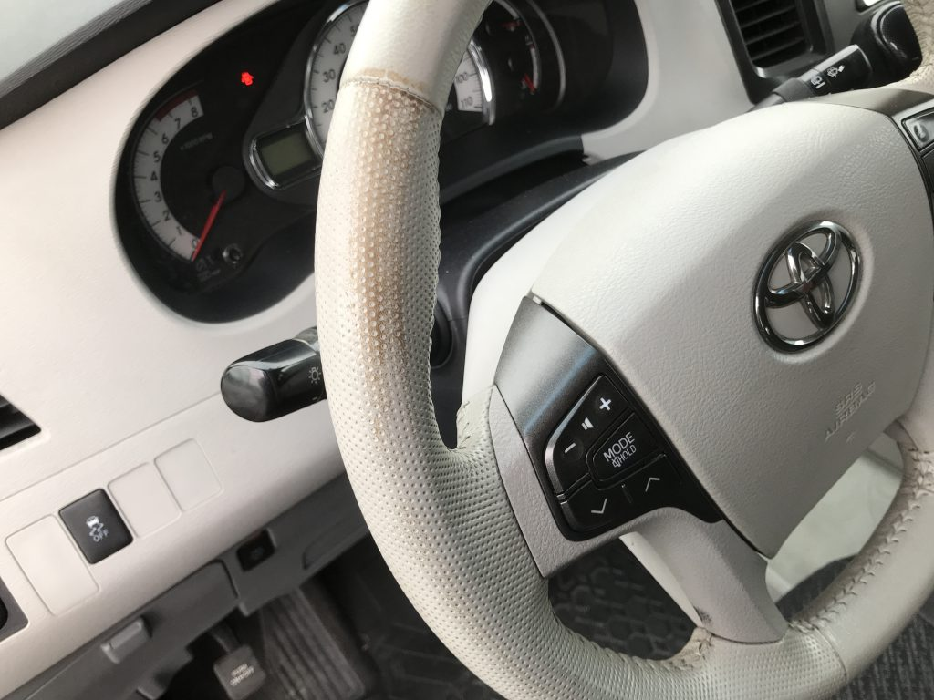 トヨタ シエナ ステアリングの色剥がれ、シートの生地破れ補修