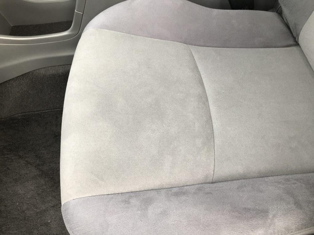 トヨタ プリウスα シートの焦げ穴補修