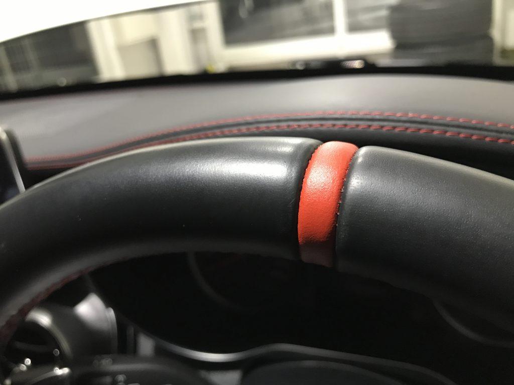AMG C63 ステアリングの色剥がれ補修