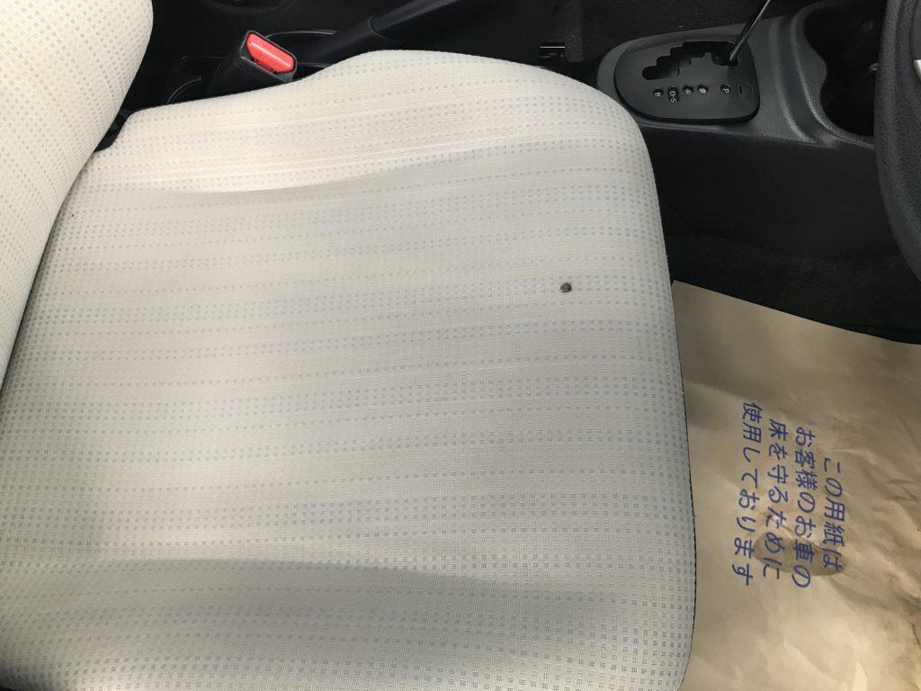 トヨタ ヴィッツ シートの焦げ穴補修