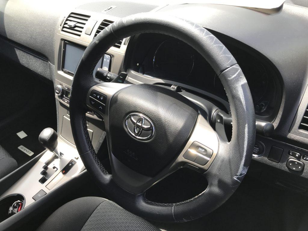 トヨタ アヴェンシス ステアリングカバー痕の補修