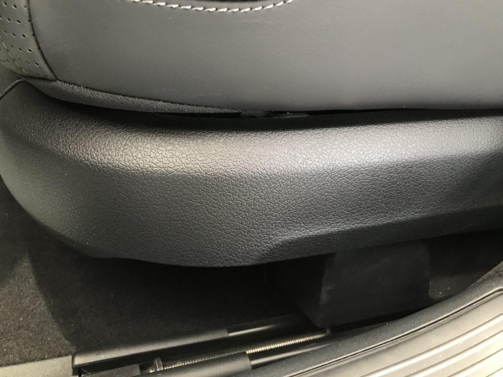AMG S63 シート下樹脂パネルの擦り傷補修