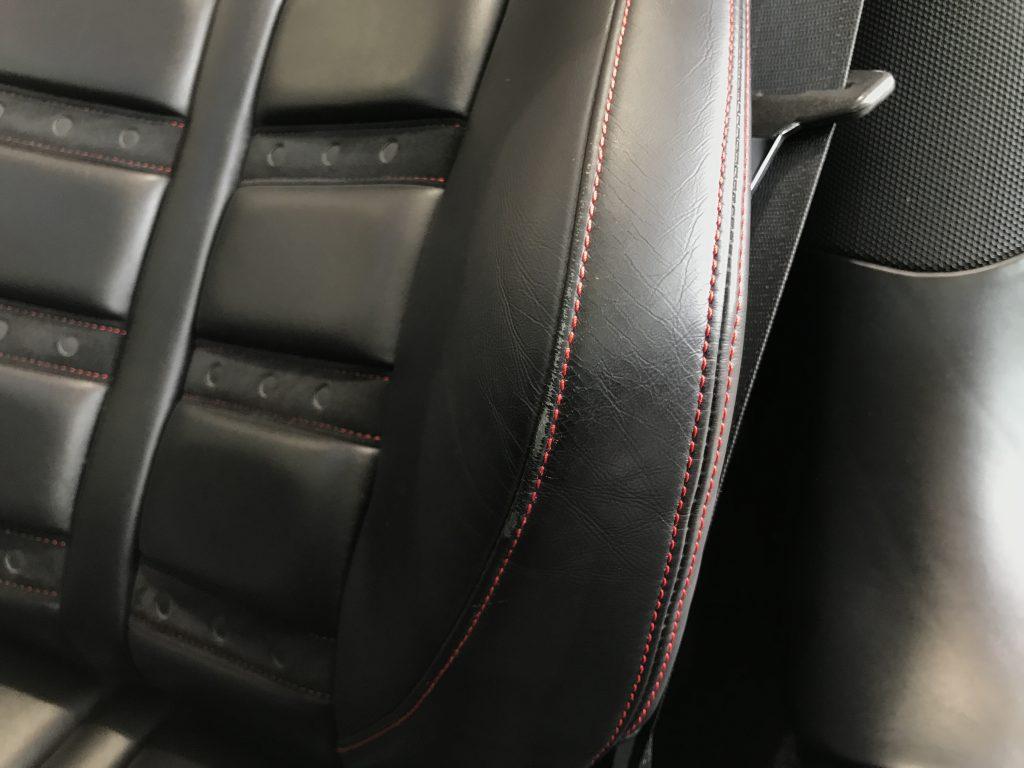 フェラーリ 458イタリア 本革シート背もたれサイドサポート部の色剥がれ補修