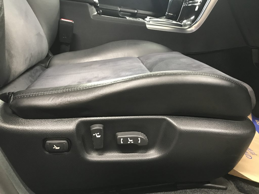 日産 フーガ レザーシート座面側面の破れ補修