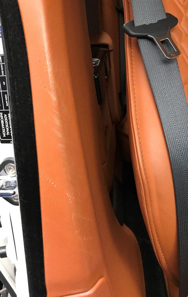 アストンマーチン ラピードS センターピラーの擦り傷補修