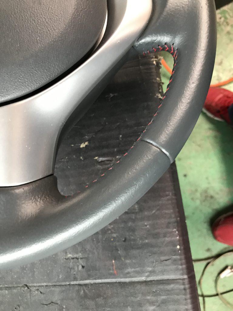 スズキ ワゴンR 本革ステアリングの生地剝がれ補修