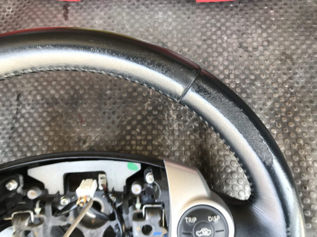 トヨタ プリウス 本革ステアリングの色剝がれ補修