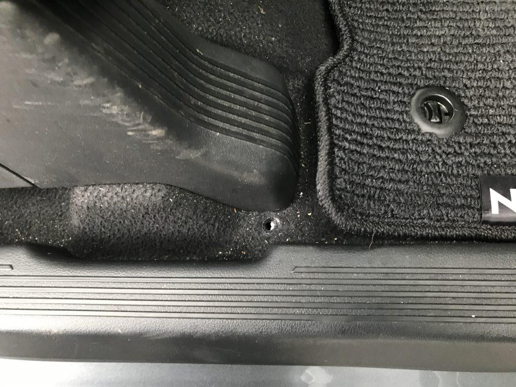 ホンダ N フロアカーペットの焦げ穴補修