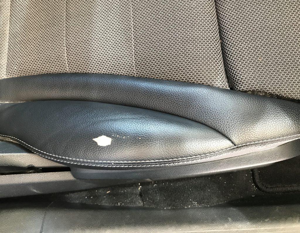 メルセデスベンツ C180 レザー(合皮)シートの生地剥がれ補修